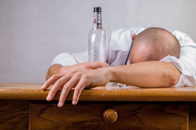 Betrunkener leere Flasche auf Tisch